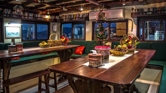 le salon de votre bateau sur la croisière luxe plongée en Thailande
