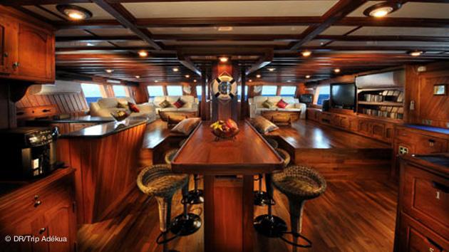 le salon sur le bateau plongée au Palau