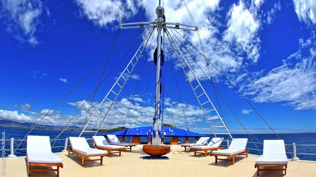 Moment de détente sur le solarium de votre voilier pour cette croisière plongée aux îles Fidji