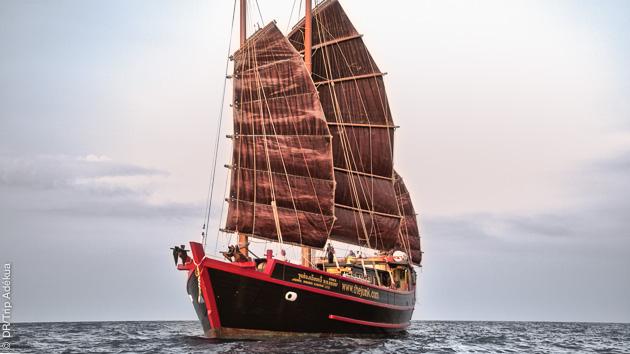 un magnifique bateau traditionnel pour votre corisière plongée en Thaïlande